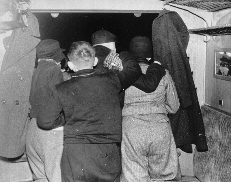 Дети еврейских беженцев смотрят в окно поезда, покидая Берлин. Железнодорожная станция Шлезишен, Берлин. 30 ноября 1938 г.