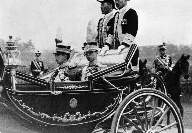 Император Пу И с императором Японии Хирохито во время визита в Японию. 9 апреля 1935 г.