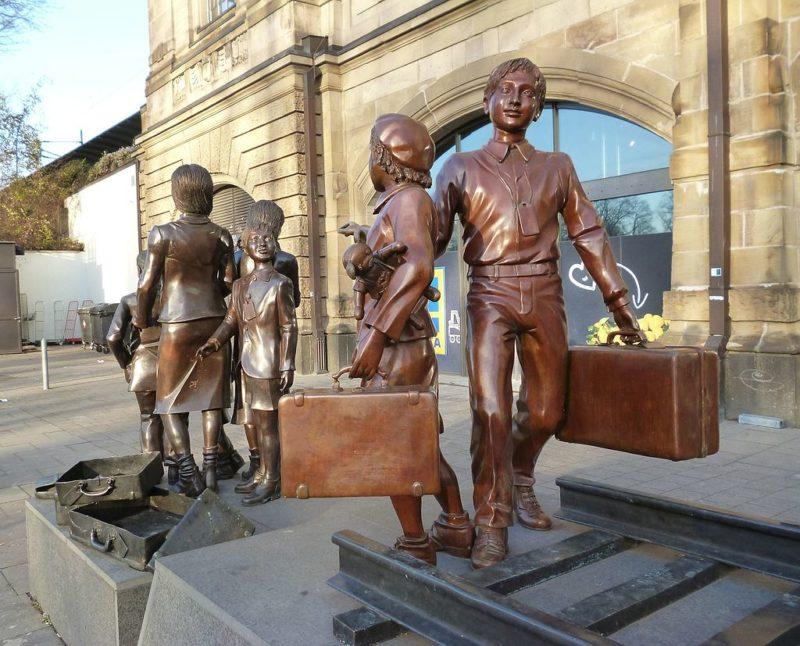 Железнодорожная станция Даммтор - скульптура «Киндертранспорт». Гамбург-Ротербаум, 2016 г.