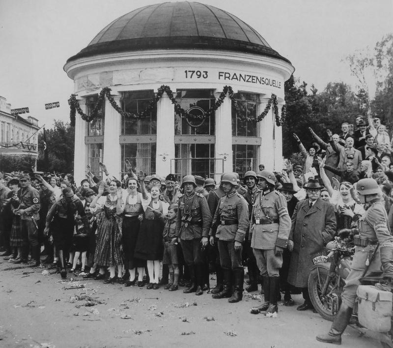Судетские немцы приветствуют кортеж Гитлера. Октябрь 1938 г.