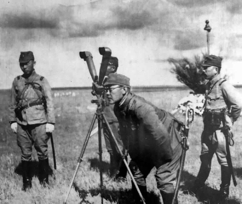 Японский офицер наблюдает за боем. 1939 г.
