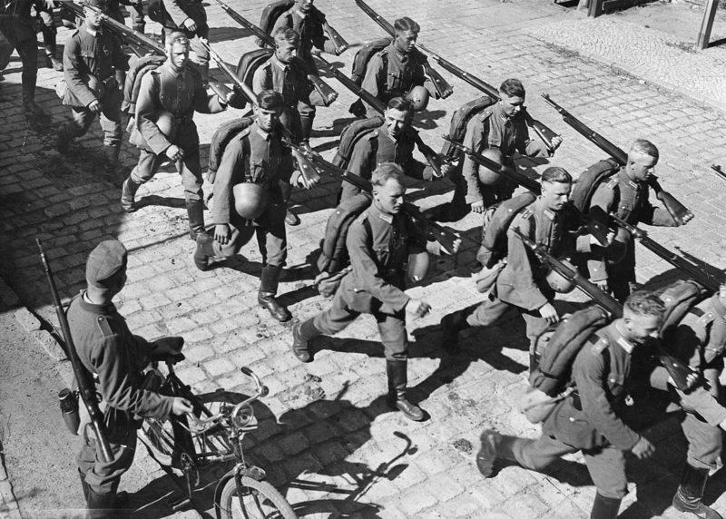 Немецкая армия в сопровождении СС входит в Саарбрюккен – столицу Саара. 1 марта 1935 г.