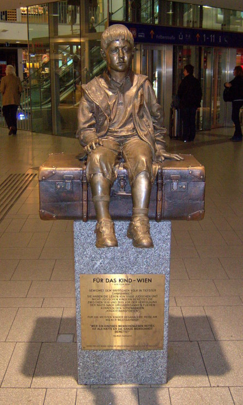 Статуя «Для ребенка Вены». Westbahnhof, 2012 г.