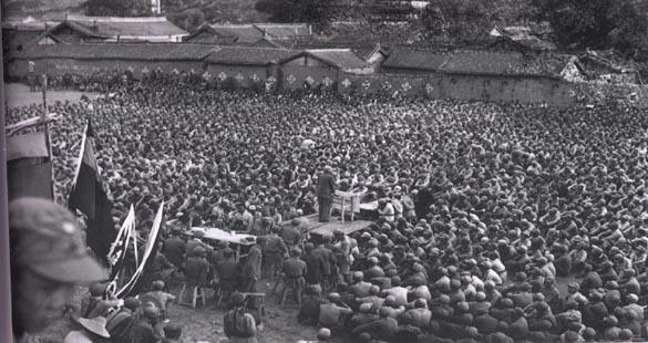 Лидер коммунистов обращается к выжившим в «Длинном марше».