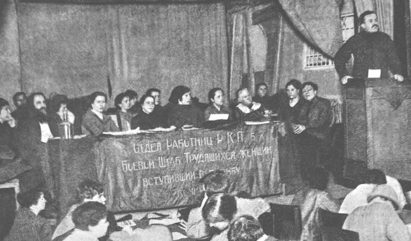 Вячеслав Молотов выступает на собрании крестьянок. Январь 1925 г.