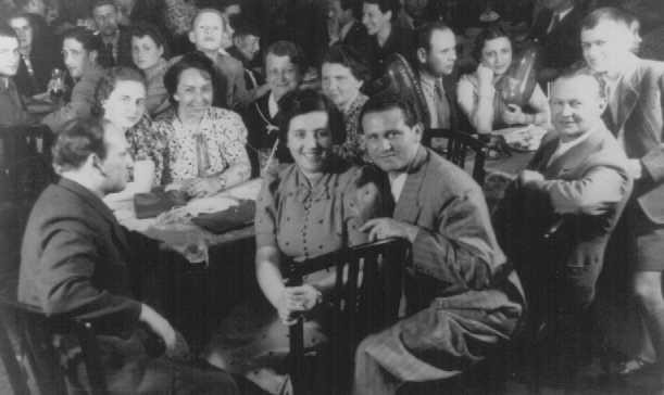 Беженцы на борту судна « Сент-Луис» по пути на Кубу. Пассажирам было отказано во въезде на Кубу и в США, и они были вынуждены вернуться в Европу. 1939 г.