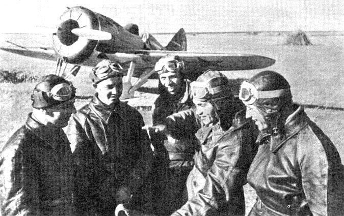 Советские летчики.