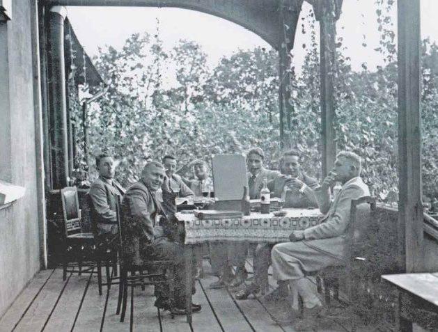 Ужин сотрудников авиашколы на веранде «большого казино».