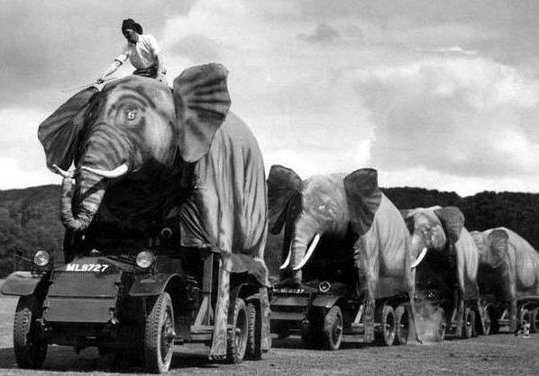 Английские бронеавтомобили «Ланчестер» Мк. II, замаскированные под слонов.