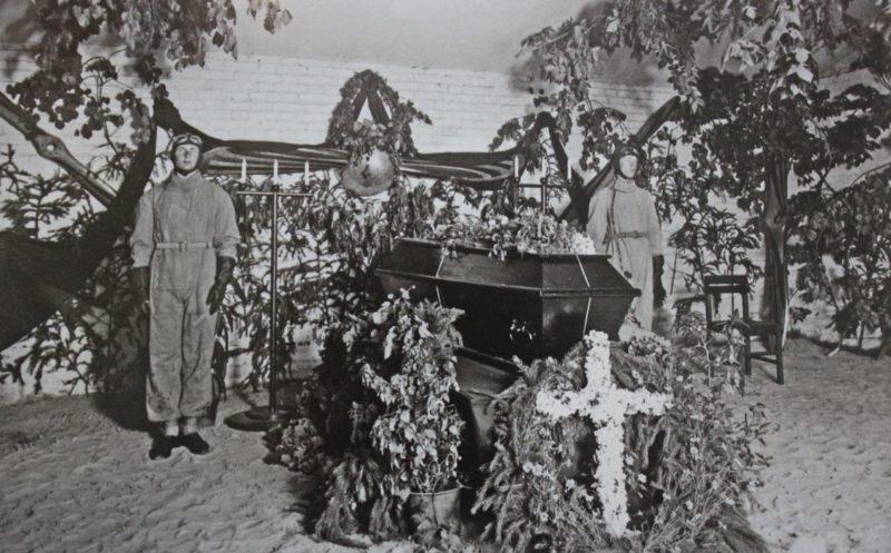 Почетный караул у гроба разбившегося немецкого пилота. 1933 г.