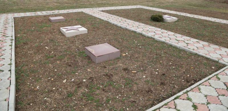 г. Абинск. Надгробные плиты на кладбище №3, установленные на братских могилах в которых похоронено 64 воина.