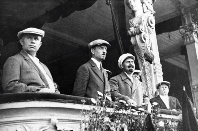 Никита Хрущёв, Николай Булганин и Лазарь Каганович во время парада московской милиции. 1933 г.