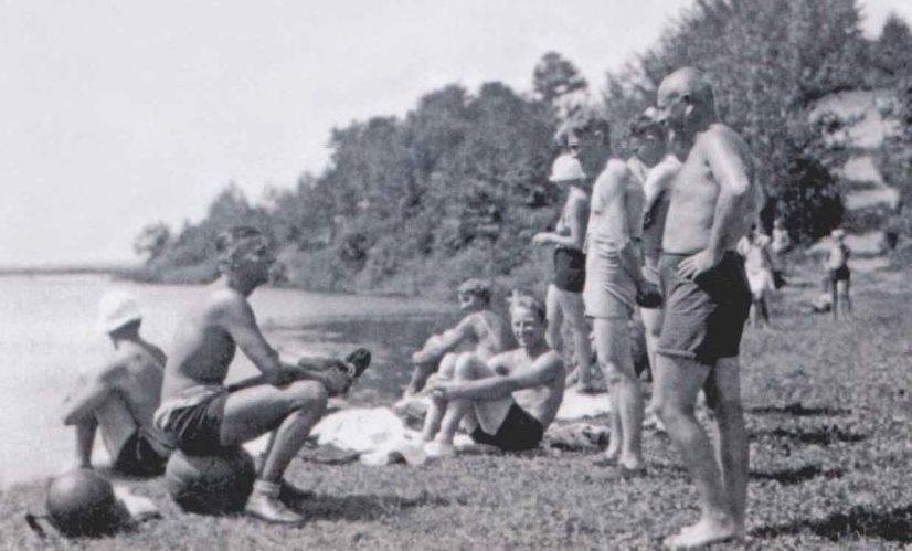 Будущий начальник Генерального штаба Люфтваффе Ганс Ешоннек (сидит на мяче) беседует с начальником авиашколы Мюллером. 1932 г.