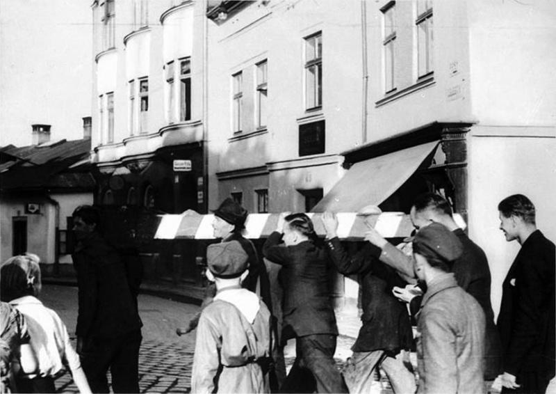 Поляки несут чехословацкий пограничный столб. Тешин. Октябрь 1938 г.