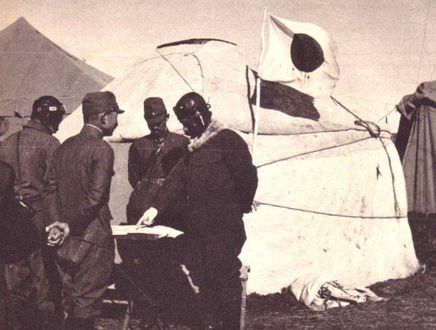 Японский летчик, вернувшийся с авиаразведки. 1939 г.