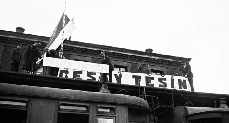 Поляки заменяют чешское название города на польское. Вокзал Тешина. Октябрь 1938 г.