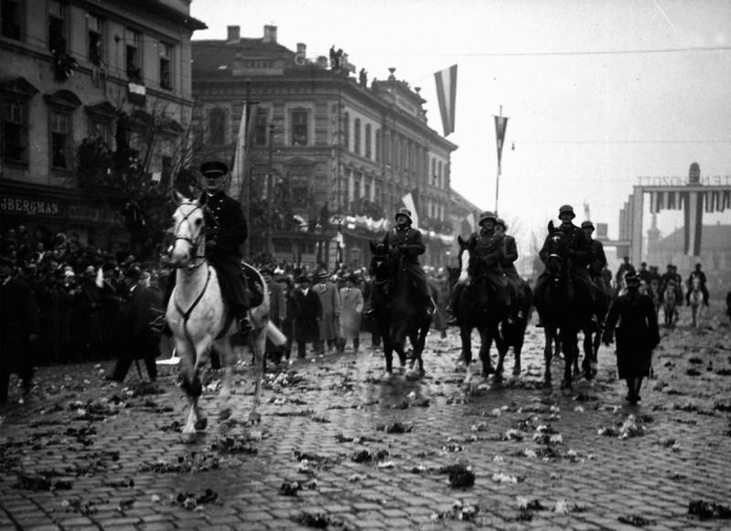 Правитель Венгерского королевства Миклош Хорти в оккупированном чехословацком городе Кошице. 2 ноября 1938 года.