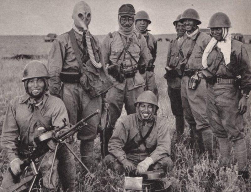 Японские солдаты с трофейным пулемётом ДТ. 1939 г.