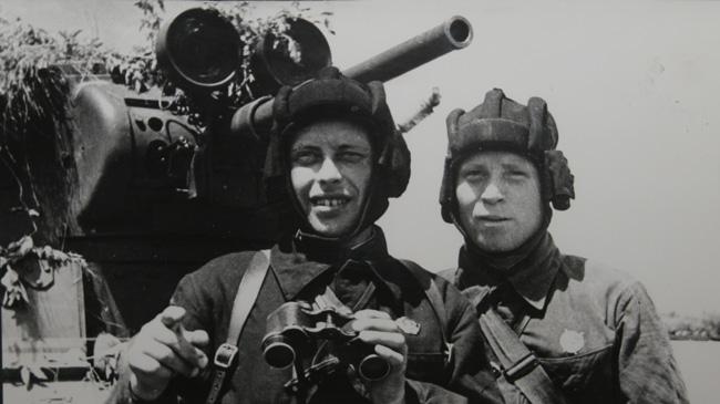 Младший политрук Ошкурков и командир Морозов у легкого танка Т-26. 1938 г.