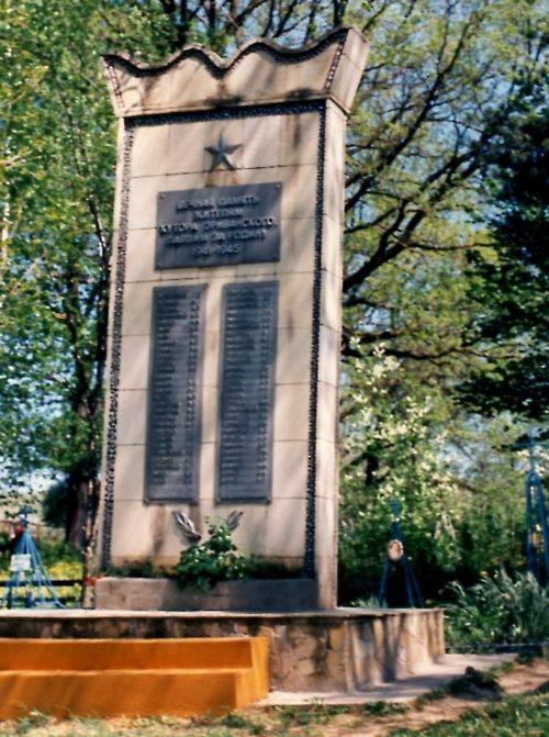 г. Абинск. Памятник на территории плодосовхоза, установленный на братской могиле советских воинов.