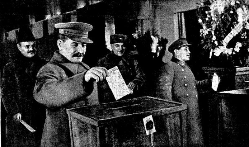 Молотов (слева), Сталин, Ворошилов и Ежов на выборах 1937 года.