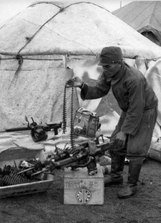 Японец осматривает советский спаренный пулемет ШКАС. 1939 г.