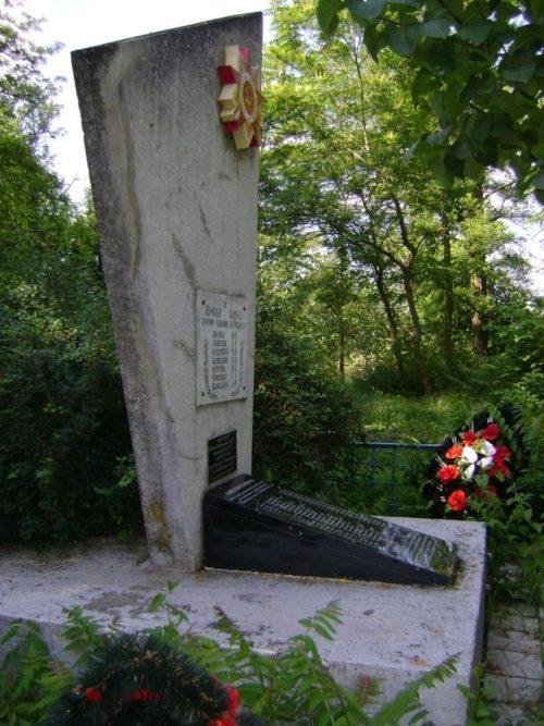 х. Аушед Абинского р-на. Памятник, установленный на братской могиле, в которой похоронено 23 советских воина.