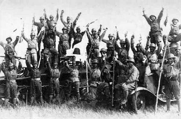 Японские солдаты на захваченных советских бронеавтомобилях. 1939 г.