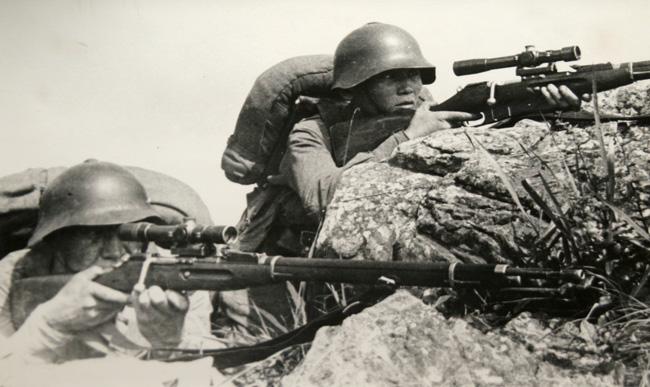 Советские снайперы на огневой позиции. 1938 г.