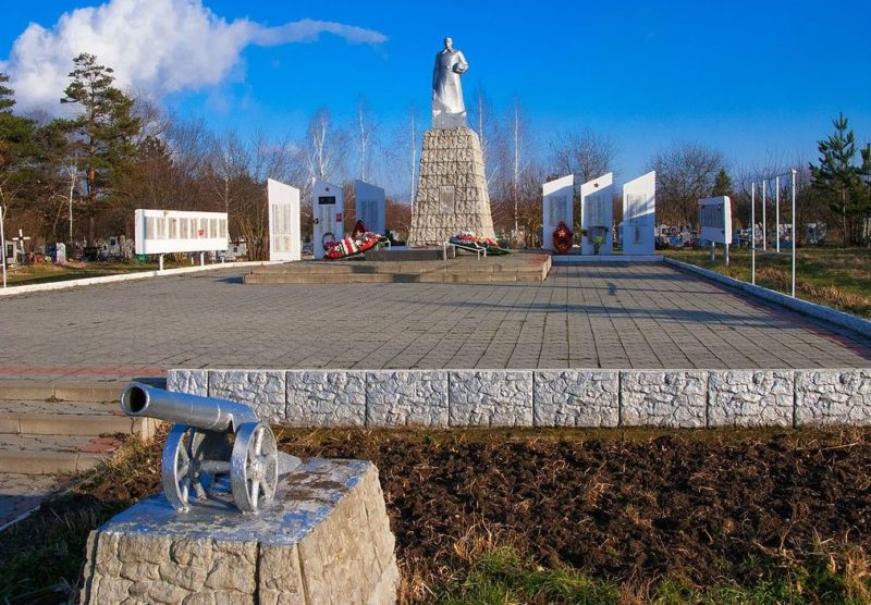 п. Ахтырский Абинского р-на. Мемориал на кладбище, установленный у братских могил, в которых похоронено 474 советских воина.
