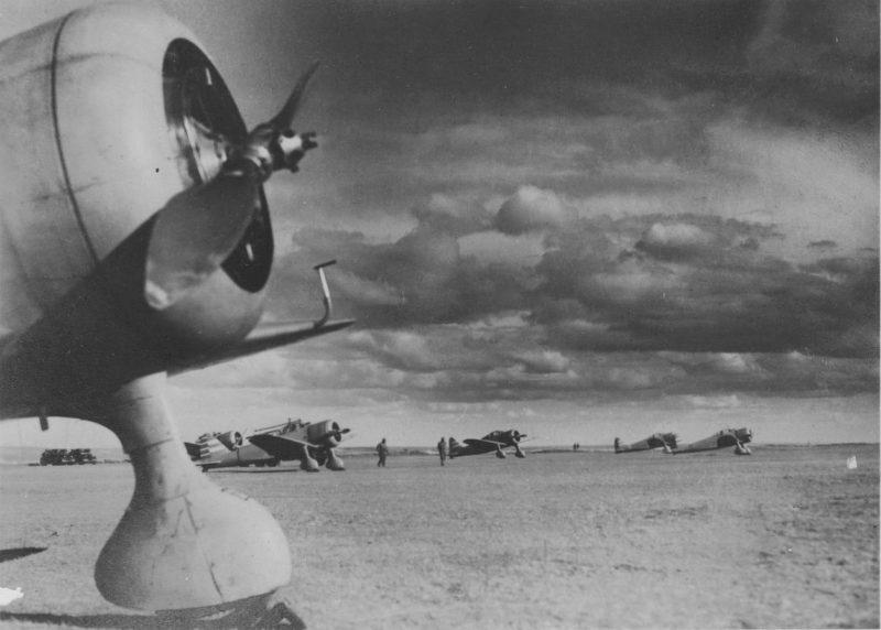 Японские истребители Ки-27 и аэродромный персонал. 1939 г.