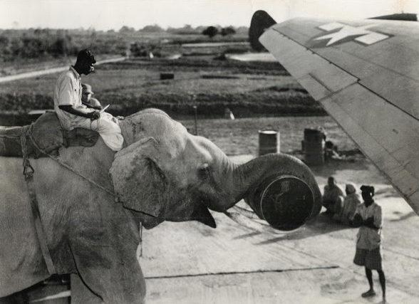 Погрузка самолёта. Индия, 1942 г.
