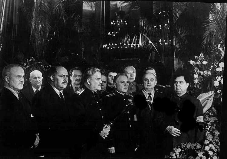 У гроба Сталина. Слева направо: В.М. Молотов, Н.С. Хрущев, Л.М. Каганович, А.И.Микоян, Н.А. Булганин, Г.К. Жуков, К.Е. Ворошилов, С.К. Тимошенко, Л.П.Берия, Г.М. Маленков. Март 1953 г.