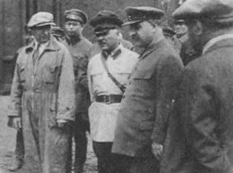 К. Ворошилов, С. Орджоникидзе и В. Молотов (стоит спиной) на испытаниях новой пушки Л. Курчевского (в комбинезоне). 1937 г.