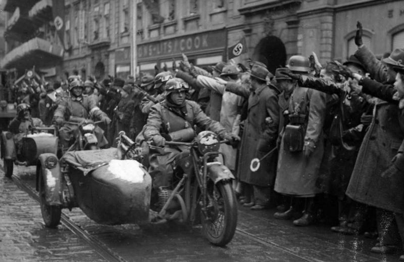 Жители Праги встречают вступающие в город немецкие войска. Март 1939 г.
