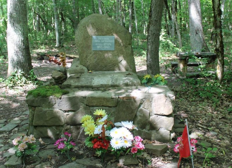 п. Ахтырский Абинского р-на. Памятный знак на месте стоянки партизанского отряда «Вихрь».
