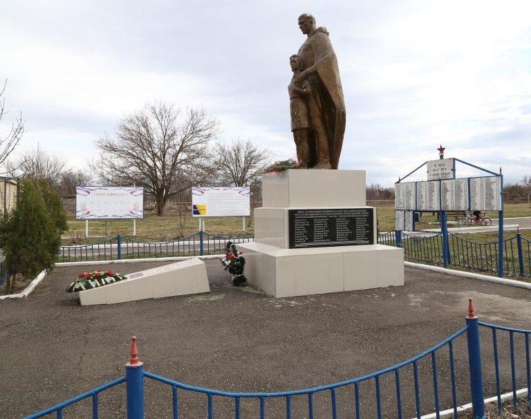 с. Варнавинское Абинского р-на. Памятник по улице Красной, установлен на братской могиле советских воинов, погибших в годы войны.