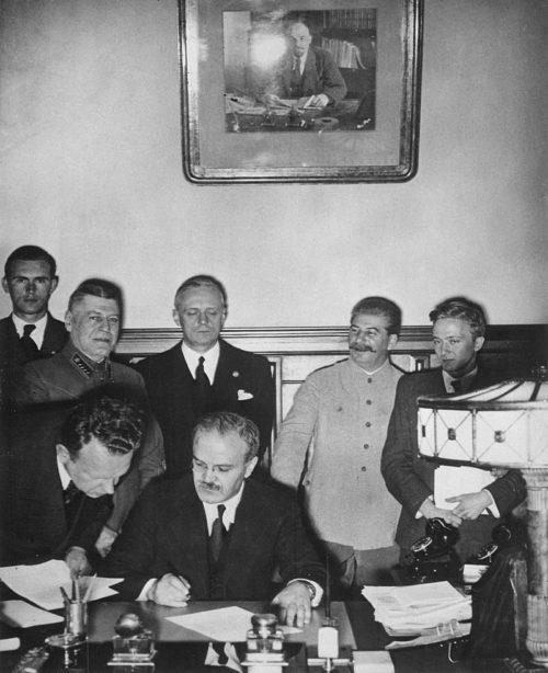 Молотов подписывает Договор о дружбе и границе между СССР и Германией. 23 августа 1939 г.