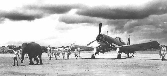 Слон буксирует американский самолет F-4U «Корсар», Индия 1945 год.