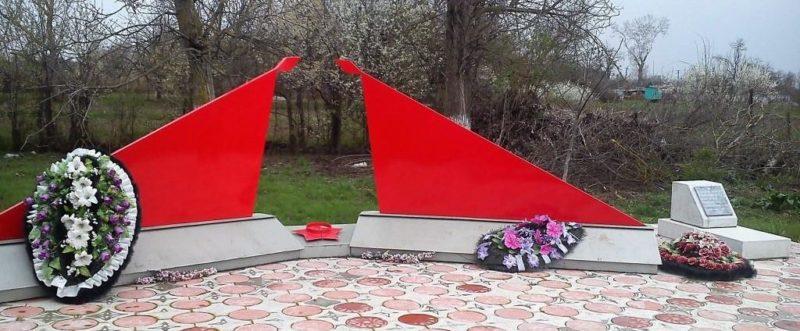 х. Ленинский Абинского р-на. Памятник на территории школы №34, установленный на братской могиле советских воинов.