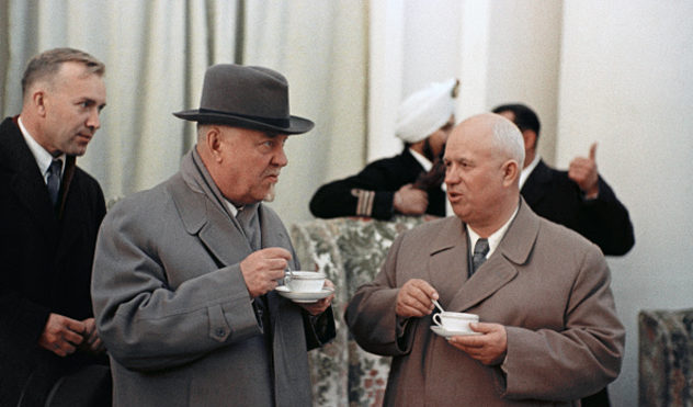 Николай Булганин и Никита Хрущёв на митинге в Кашмире во время визита в Индию. 1955 г.