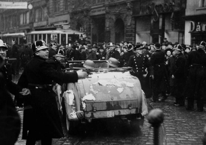 Чешские полицейские во время немецкого парада в Праге. Март 1939 г.