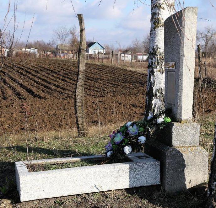 х. Ленинский Абинского р-на. Памятник на кладбище, установленный на могиле летчика И.Ф. Волостных.