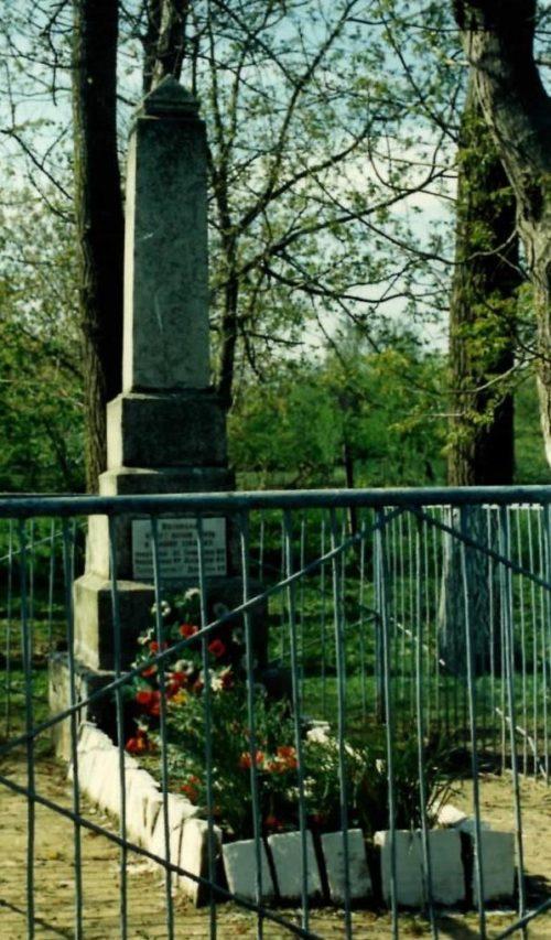х. Ленинский Абинского р-на. Памятник по улице Кирова 69а, установленный на братской могиле советских воинов.