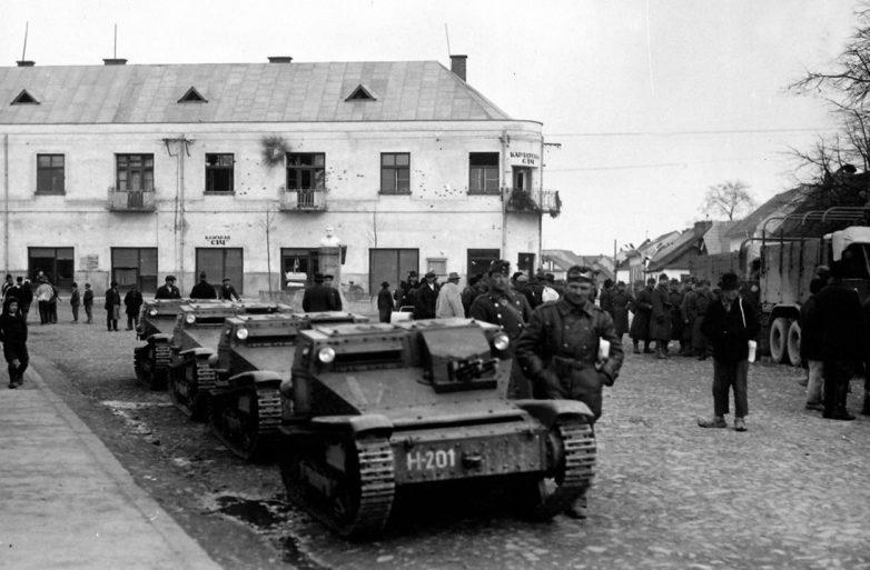 Танкетки венгерских войск входят на улицу чехословацкого города Хуст. Март 1939 г.