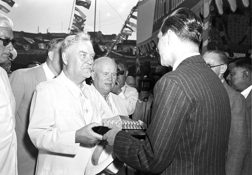 Н. Булганин и Н. Хрущев во время посещения джутовой фабрики в Калькутте. Ноябрь 1955 г.