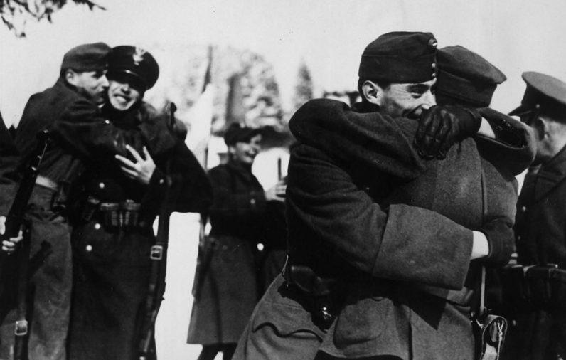 Братание солдат венгерских и польских оккупационных войск в захваченной Чехословакии. 1939 г.