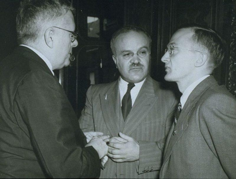 Министр иностранных дел Австралии Х.В. Эватт, Молотов и Алексей Павлов из советского посольства в Великобритании на подписании 20-летнего Пакта о взаимной помощи. Январь 1942 г.