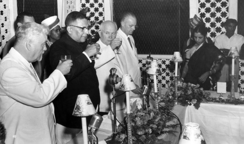 Н.С. Хрущев и Н.А. Булганин на банкете в доме губернатора в Бомбее. Ноябрь 1955 г.