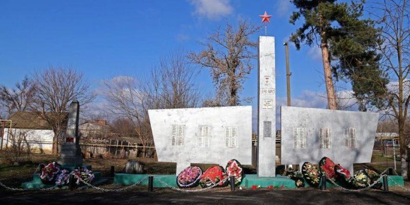 х. Ольгинский Абинского р-на. Памятники по улице Кубанской землякам и советским воинам, погибшим в годы войны.